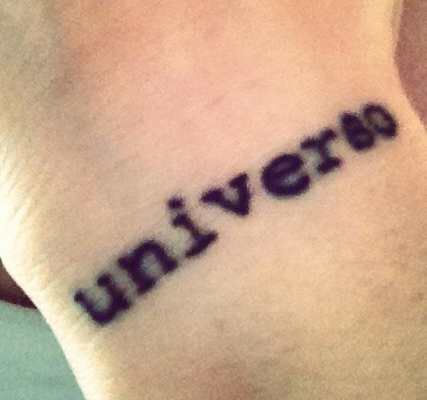 Y aprovechó sus días de estadía en la ciudad estadounidense para hacerse nuevos tatuajes. ¿El último? La palabra \u0026quot;Universo\u0026quot; en su antebrazo.