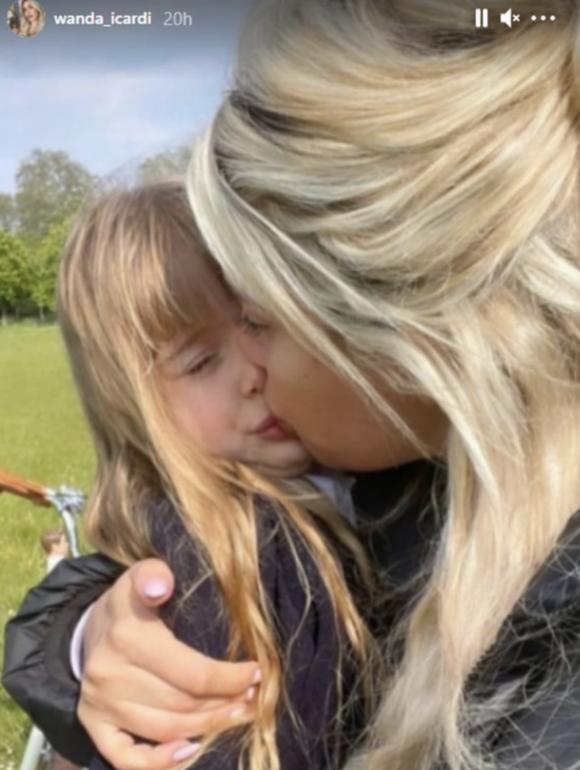 Wanda Nara besó en la boca a su hijita Isabella y desató la polémica entre sus seguidores