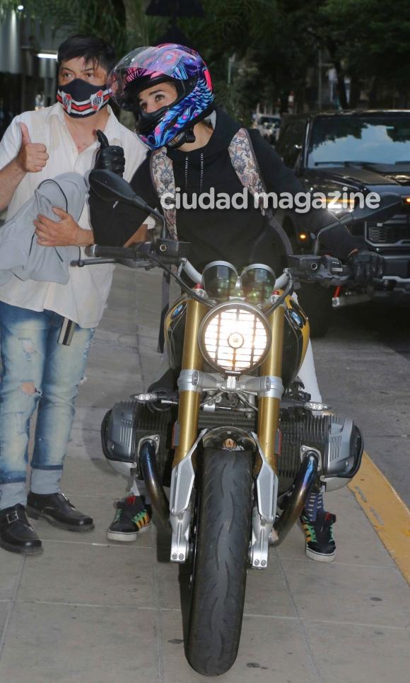 El look motoquero súper canchero de Juana Viale para ir al programa de  Mirtha: mucho color y selfies con la gente - Ciudad Magazine