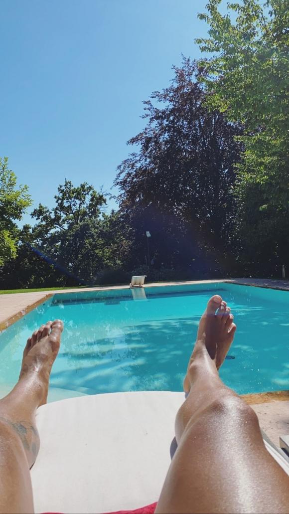 Oriana Sabatini y Paulo Dybala disfrutan de su amor en el verano italiano: pileta y mimos bajo el sol